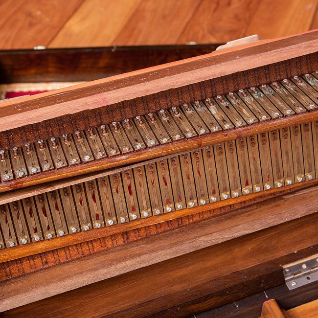 【Kartar Music House社製】ポップアップハルモニウム 2ドローンタイプ 10 - 折りたたみ、展開の際には両横を持ち上げます。装飾がキュート