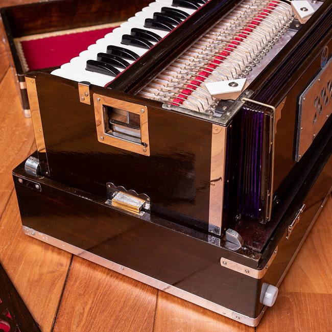 【Kartar Music House社製】ポップアップハルモニウム 2ドローンタイプ 11 - インドらしい素敵なデザインです。