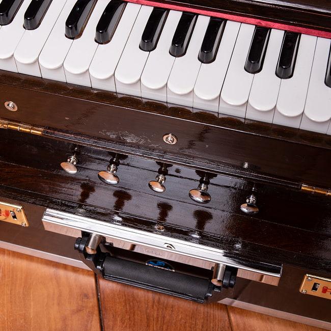 【Kartar Music House社製】ポップアップハルモニウム 2ドローンタイプ 3 - 鍵盤の下にはノブがついています。金色のノブは音色変更用、銀色のノブはドローン用です。