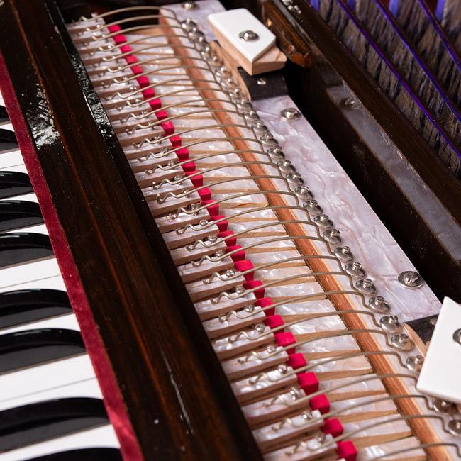 【Kartar Music House社製】ポップアップハルモニウム 2ドローンタイプ 6 - シンプルな仕組みの楽器で、こちらの機構が動くことで空気の通り道が変わります。