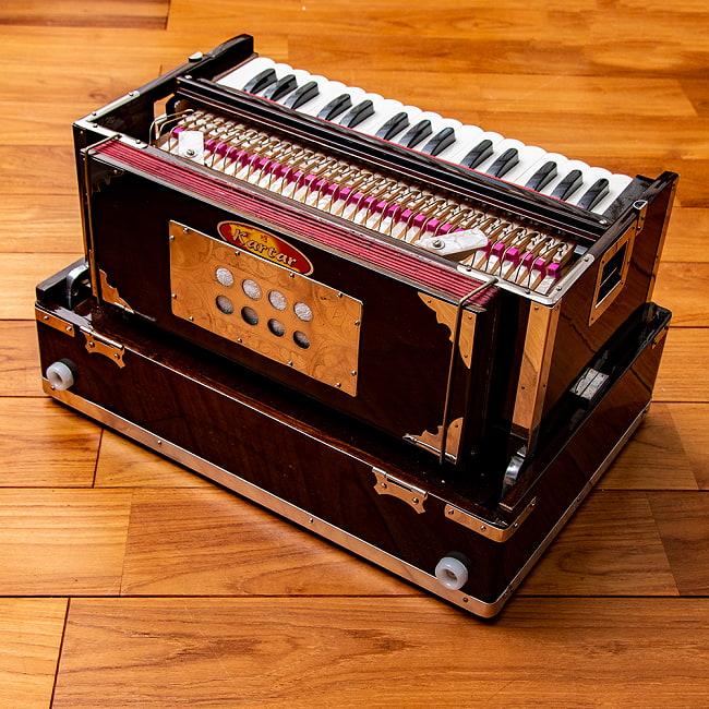 【Kartar Music House社製】ポップアップハルモニウム 3ドローンタイプ 4 - 後ろから見てみました。