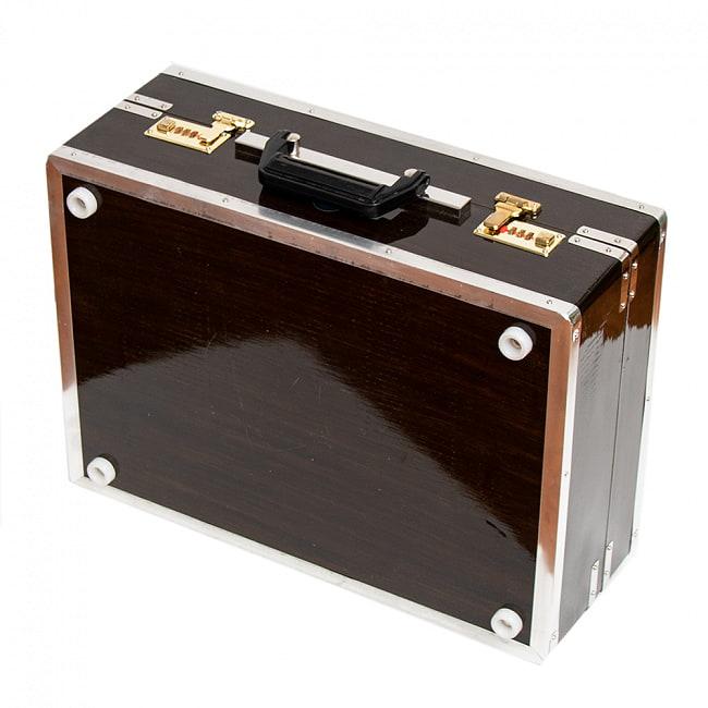 【Kartar Music House社製】ポップアップハルモニウム 3ドローンタイプ 8 - 蓋をはめました。昔の旅行かばんのような趣があります。