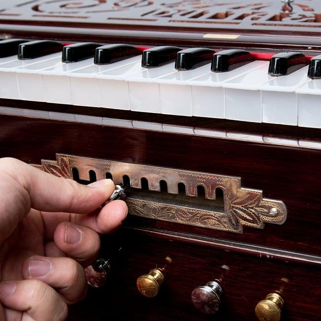 【DUTTA&CO社製】9スケールチェンジャータイプ 37key ハルモニウム(高級品) 17 - このノブを動かすと、一緒に連動して鍵盤が動くというすごい機能。
