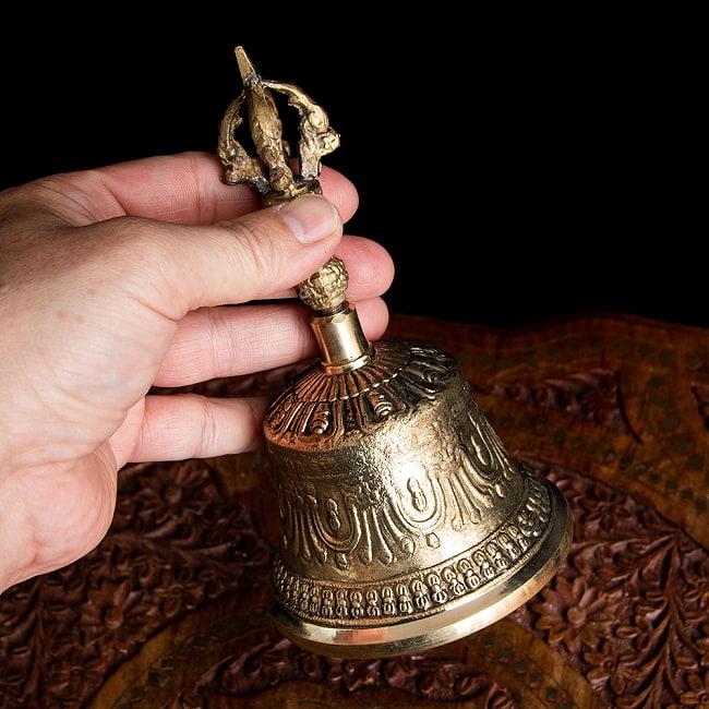 密教法具・金剛鈴(ガンター)と金剛杵(ヴァジュラ)のセット【高さ16.5cm】 6 - 手に取るとこれくらいのサイズ感になります。