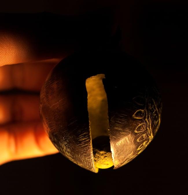 ネパールアニマルベル(約7.5cm)の写真7 - 中に入っているボールの写真です