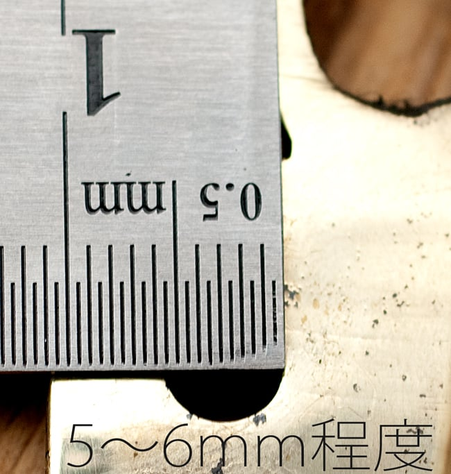 金剛鈴(ガンター)・ドアーベル 12 - 4つ空いている穴の直径は大体5〜6mm程度になります。