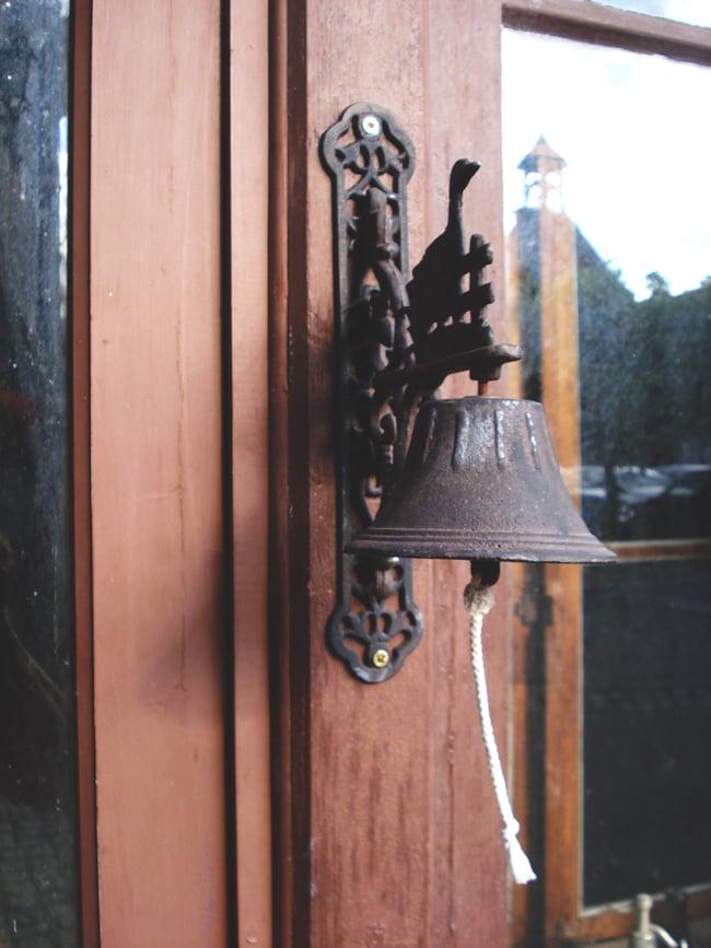 金剛鈴(ガンター)・ドアーベル 13 - このようにドアに付けて使用したりします。別途紐を結びつければ、動くドアじゃなくても呼び鈴として使えると思います。