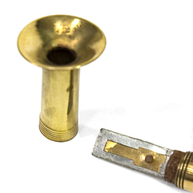 インドのマーチングラッパ[極小]の写真2 - リードの部分です。吹くだけで簡単に音が出ます。