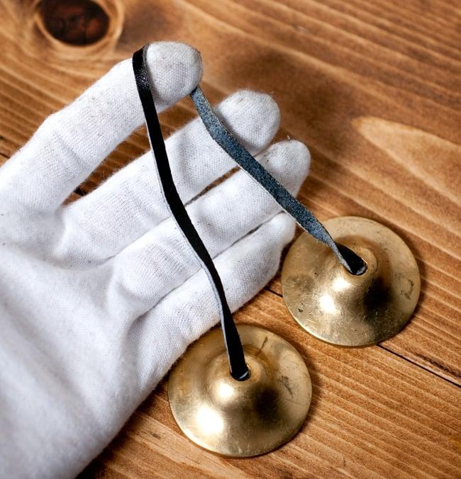 シンプルゴールドディンシャ【約4.5cm】の写真5 - こちらの革紐を使って振り子のように揺らし鳴らします