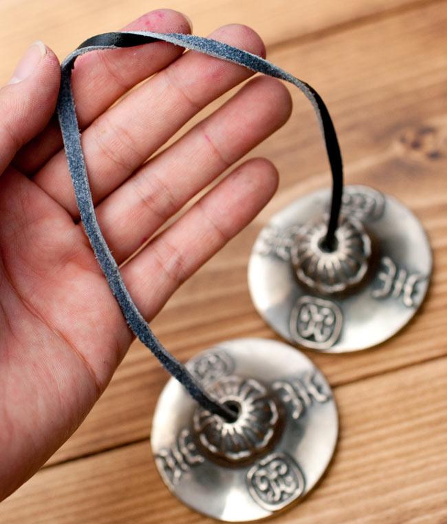ビジュラ柄ディンシャ 【約6cm】の写真4 - こちらの紐をつかい、振り子のようにして金属部分をあてて鳴らします。