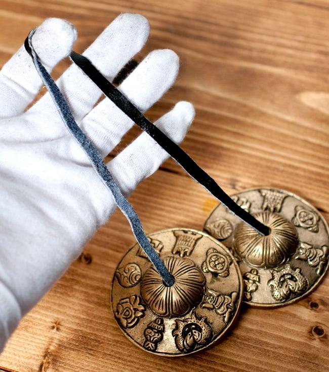 幸運の八吉祥柄ディンシャ【約7cm】の写真5 - こちらの革紐を使って振り子のように揺らし鳴らします