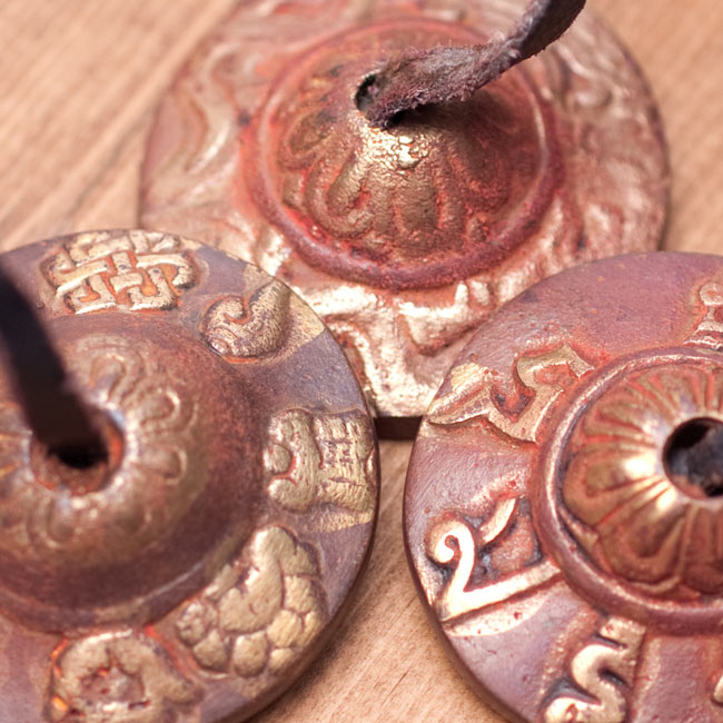 カラーディンシャ〔約4.5cm〕 - ブラウンの写真6 - 【柄の種類 - ランダム】は、吉兆柄やドラゴン柄、オンマニペメフム柄等からランダムでの組み合わせになります。