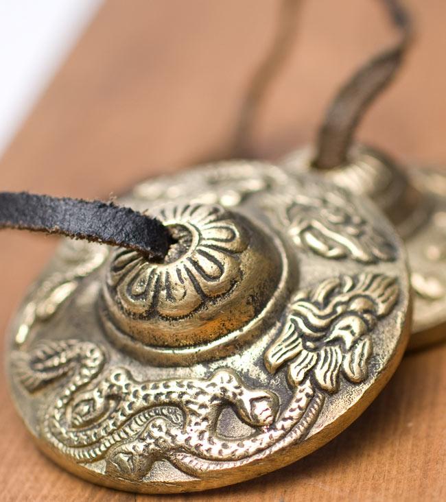 ゴールド系ディンシャ(大) -ドラゴン柄の写真2 - 雰囲気のある一品です。