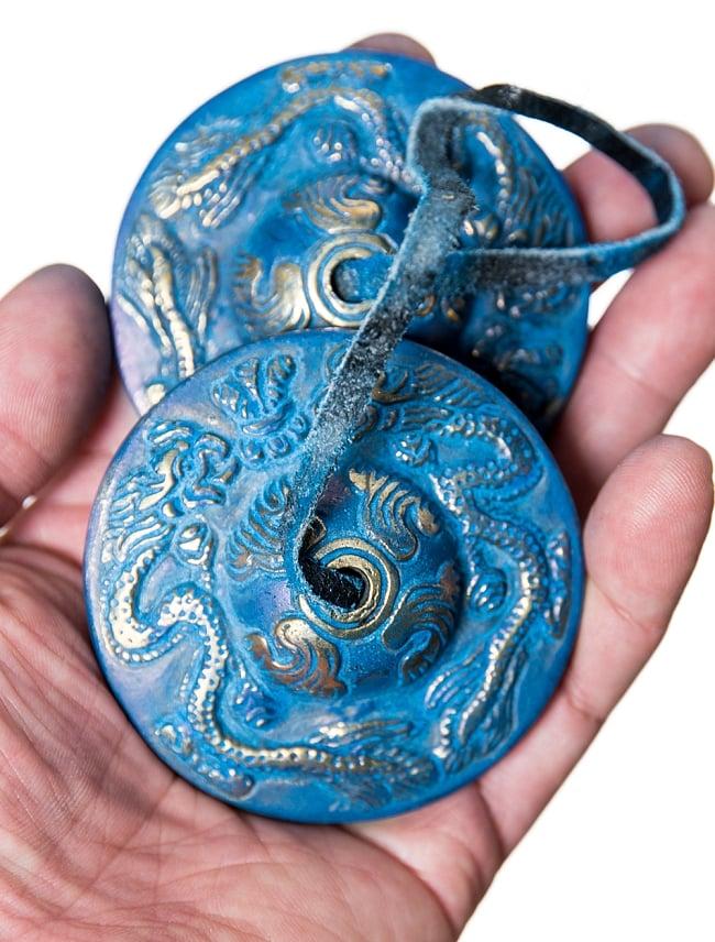 ドラゴン柄カラーディンシャ[直径:約6cm] 4 - サイズ比較のために手に持ってみました