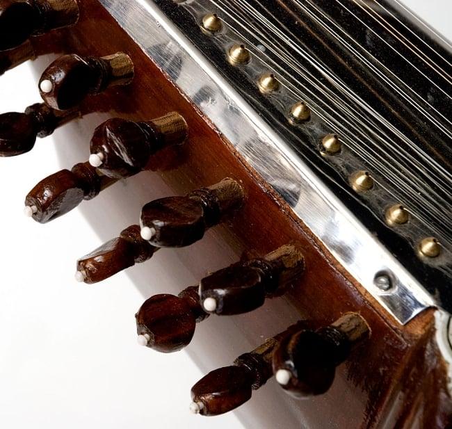 【Kartar Music House社製】サロード - Sarod 11 - チカリ用のペグの拡大です。指板のあたりをよく見ると、細かい部分が合っていなかったりします。