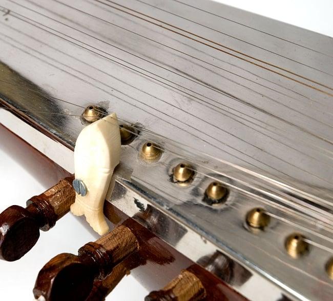 【Kartar Music House社製】サロード - Sarod 7 - チカリ部分の拡大です。ミディアムクオリティですので、細かい部分の細工が丁寧ではありません。