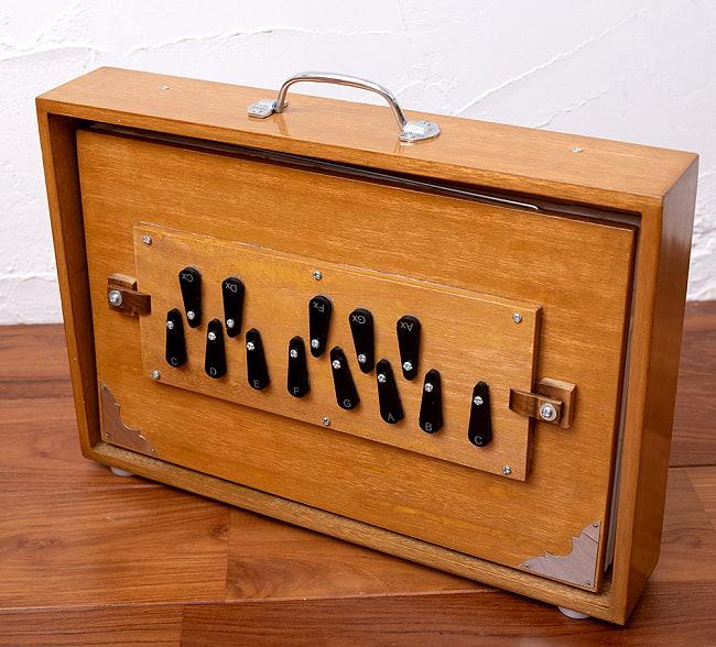 シュルティボックス Shrutibox Kartar Music House社製【ソフトケース付き】 2 - 横からの写真です。こちらはデザインA:紫です。