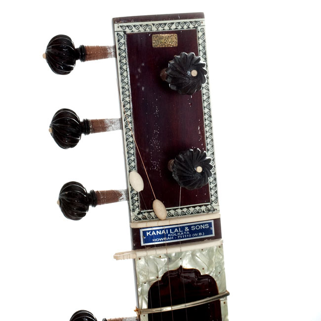 【Kanailal&Sons製】ヴィラヤットカーンスタイル シタールセット(グラスファイバーケース) 2 - ネック部分のアップです。ちょっとニス浮きがあります