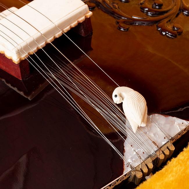 【Kanailal&Sons製】ヴィラヤットカーンスタイル シタールセット(グラスファイバーケース) 6 - フレットの部分のアップです。熱によるニス浮きがあります