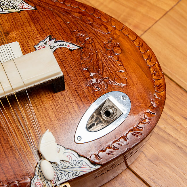 【Kartar Music House社製】エレクトリックシタールセット(グラスファイバーケース) 8 - シールド(同梱されていませんので別途お買い求めください)を繋げてアンプから音を出せます。