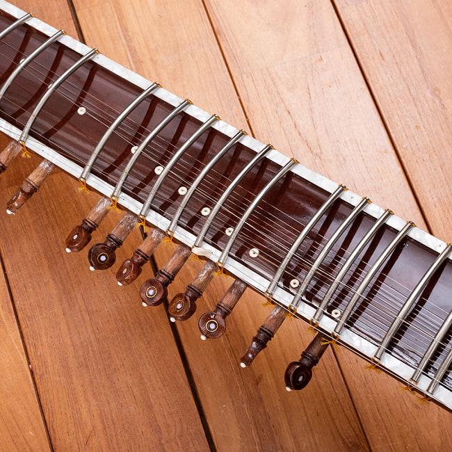 【Kartar Music House社製】シンプルシタールセット(グラスファイバーケース) 6 - 丁寧につくられています。こちらはオレンジ色の糸で留められていますが、透明な場合もございます。