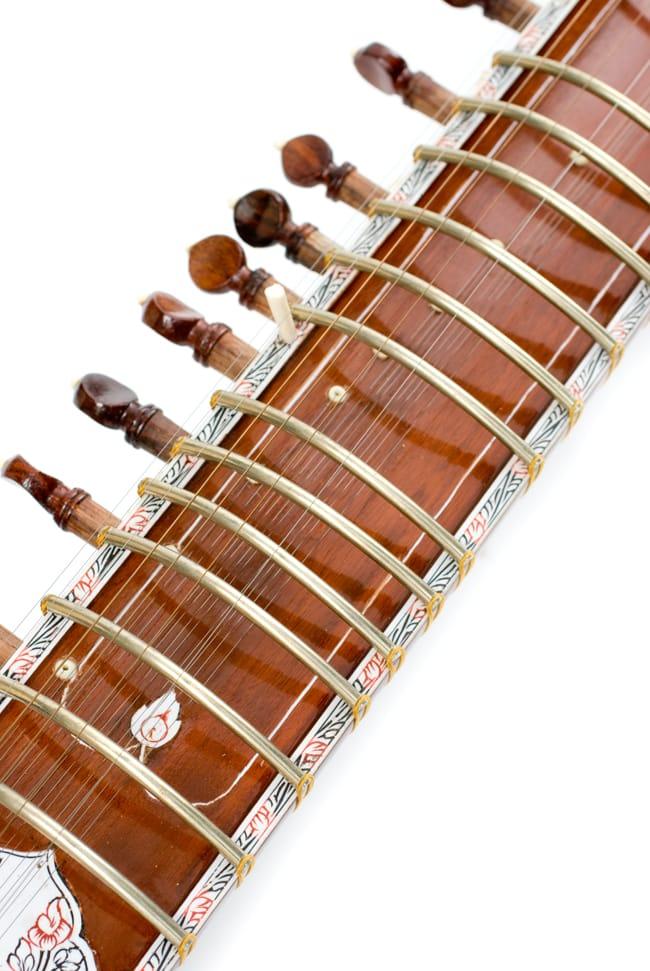 [インド品質]【PALOMA社製】ダブルトゥンバ練習用シタールセット(グラスファイバーケース) 4 - 安めのシタールですが、装飾もしっかり。
