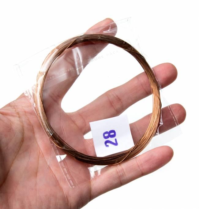 2弦用シタール弦(銅,28番) 3 - サイズ比較のために手に持ってみました。