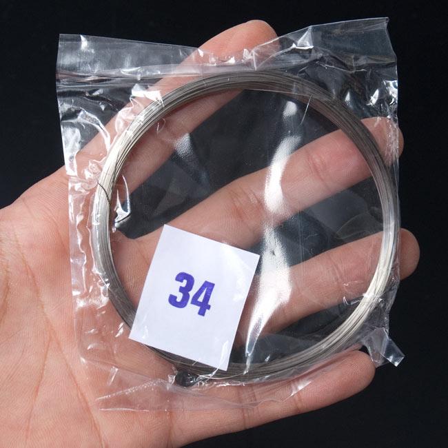 6.7.共鳴弦用シタール弦(スチール,34番) 3 - サイズ比較のために手に持ってみました