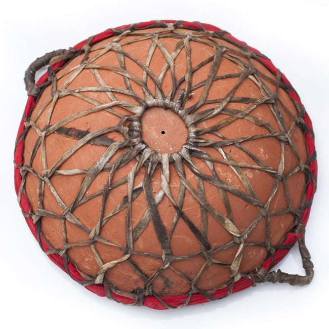 クレイ・タシャ(大) 2 - 裏面の様子です。素焼きの共鳴胴にヤギの皮で作った紐が張り巡らされています。