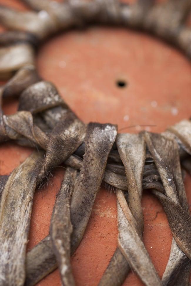 クレイ・タシャ(大) 5 - 革紐の様子です。