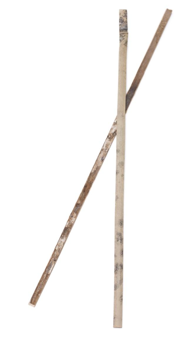 クレイ・タシャ(大) 8 - 竹を割っただけのシンプルなスティックが付属します。