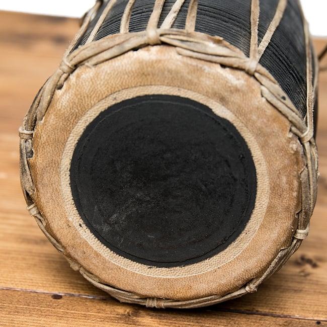 ネパールの民族打楽器 マダル 2 - 打面の様子です。山羊革に、米粉と鉄粉を練り合わせたものを貼ってあります。