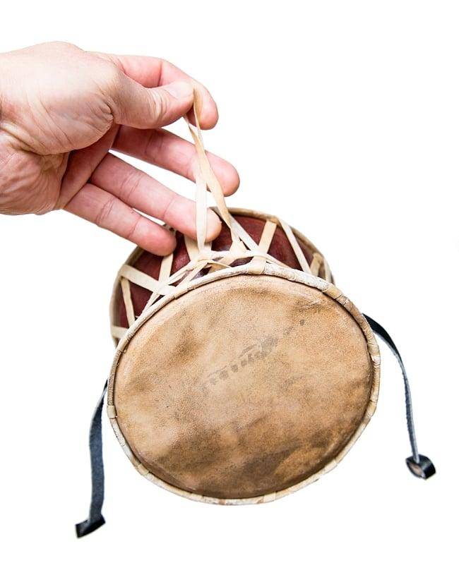 ネパールの民族打楽器 ダムルーの写真4 - ストラップがついています。