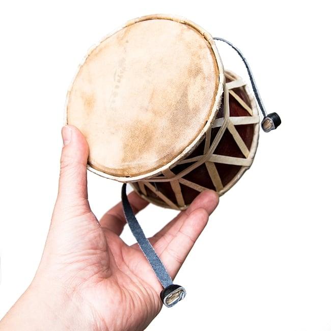 ネパールの民族打楽器 ダムルーの写真5 - 手に取るとこれくらいの大きさ。