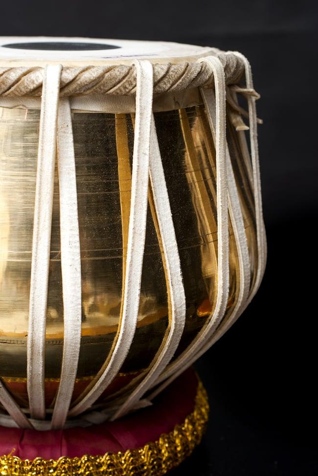タブラ(ブラス) 5 - 側面からの様子です。どっしりとした中に優美な曲線が光る、鑑賞にも素敵な太鼓です。