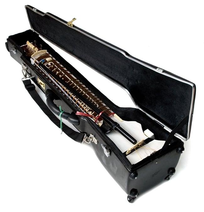 【Kartar Music House社製】ディルルバ(Dilruba) 12 - ハードケースにディルルバを入れたところです