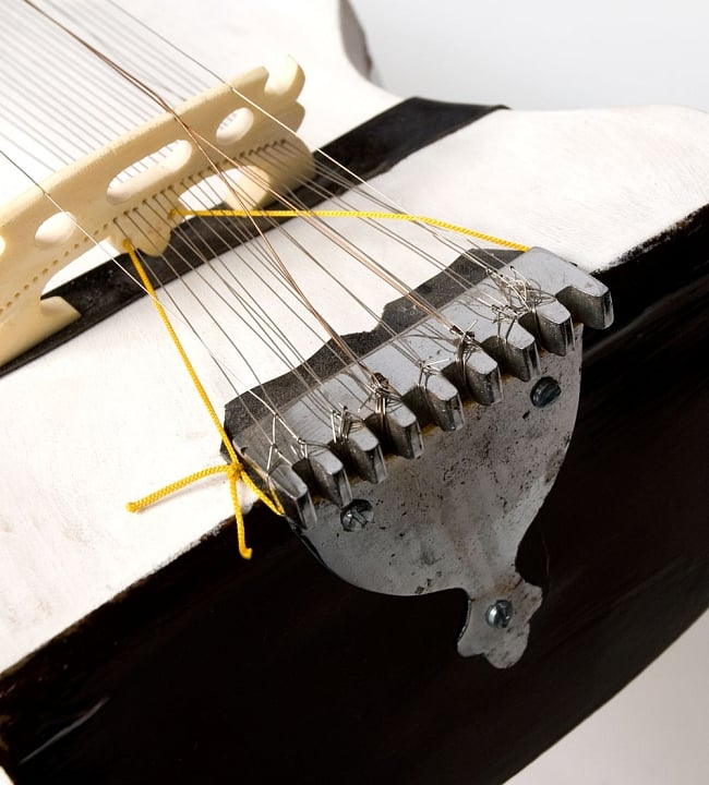 【Kartar Music House社製】ディルルバ(Dilruba) 2 - 糸止めの部分を拡大しました。