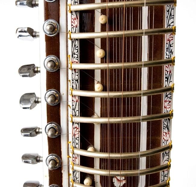 【Kartar Music House社製】ディルルバ(Dilruba) 4 - フレット部分をみてみました。装飾もインドらしいデザインになっています。