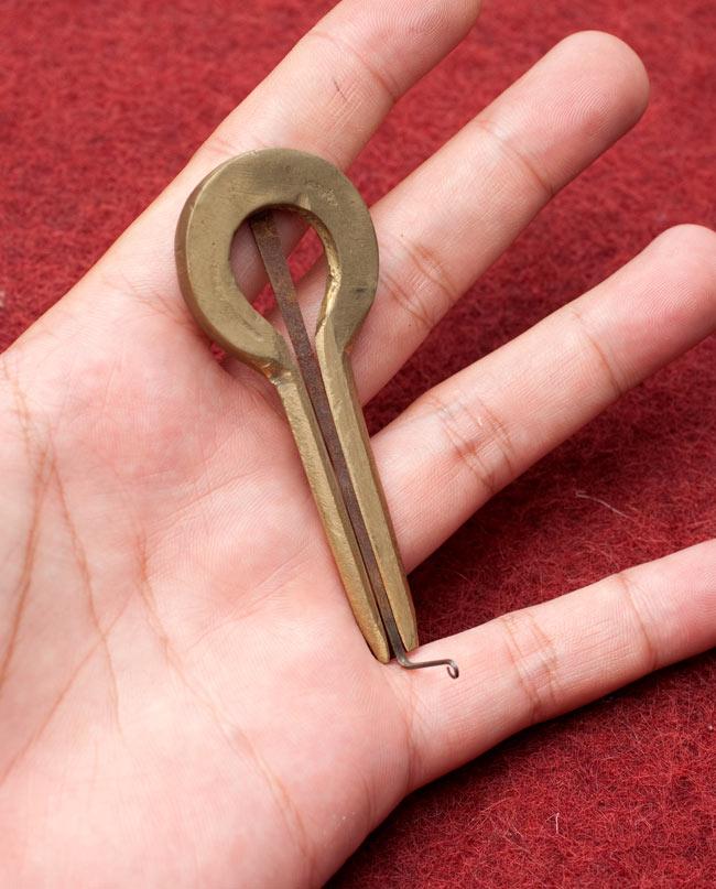ネパールの真鍮製口琴 - 円形[約7.5cm] 5 - サイズを感じていただく為、手に持ってみたところです。