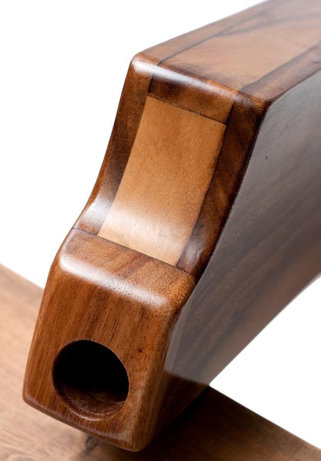 ボックス・ディジュリドゥ【木目・茶・艶あり】 2 - 吹き口部分の拡大。なめらかな形状になっています