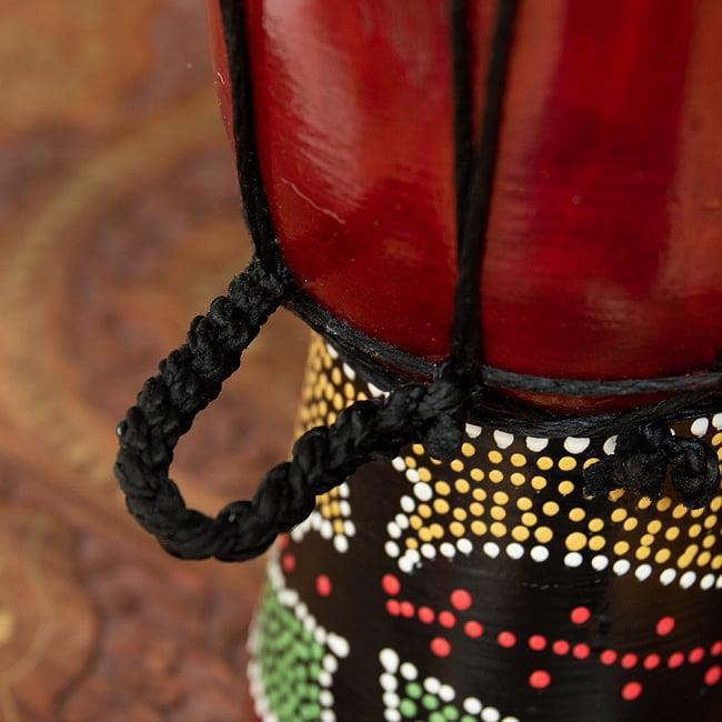 ミニミニサイズのハンドペイント・ジャンベ - 高さ20cm 4 - 小さいながらストラップがあります。
