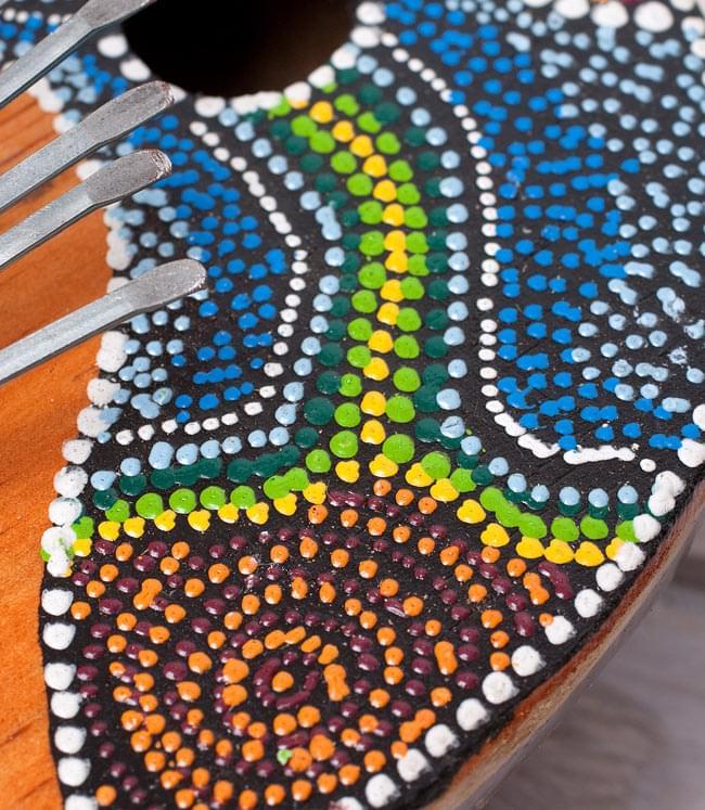 7弦ココナッツカリンバ 【青海・緑道柄】の写真3 - 模様の一部を拡大してみました。手作りなので、一つ一つ微妙に異なるのも魅了ですね