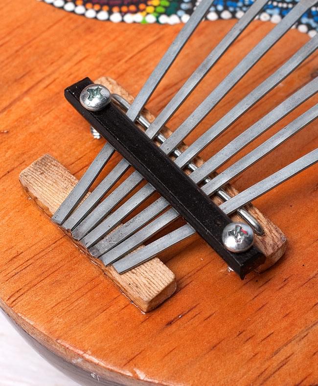 7弦ココナッツカリンバ 【青海・緑道柄】の写真4 - ブリッジはこのような形になっています。鍵の押し込み具合によって音色が変わります