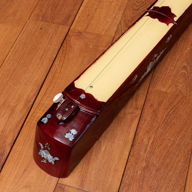 ベトナムの一弦琴 ダン・バウ −良品質 2 - 糸巻きの部分です。装飾が施されています。