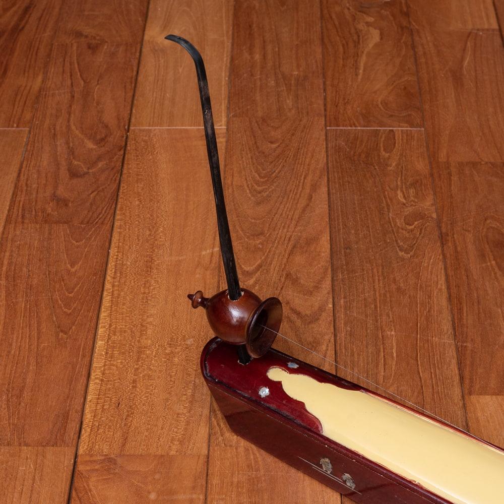 ベトナムの一弦琴 ダン・バウ −良品質 3 - 側面を見てみました。シールドを挿入するジャックがあります。