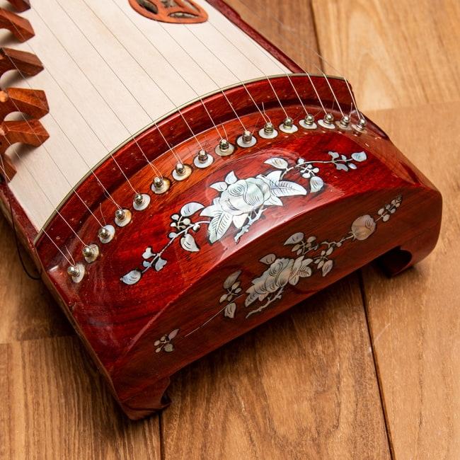 ベトナムの琴(ダン・トラン) - 螺鈿装飾付き 5 - 華麗な装飾が施されています。