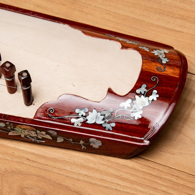 ベトナムの琴(ダン・トラン) - 螺鈿装飾付き 7 - 華麗な装飾が施されています。
