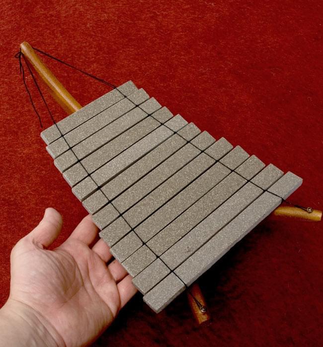 ベトナムのミニ石琴(ダン・ダー) 6 - 手を添えるとこれくらいの大きさです。