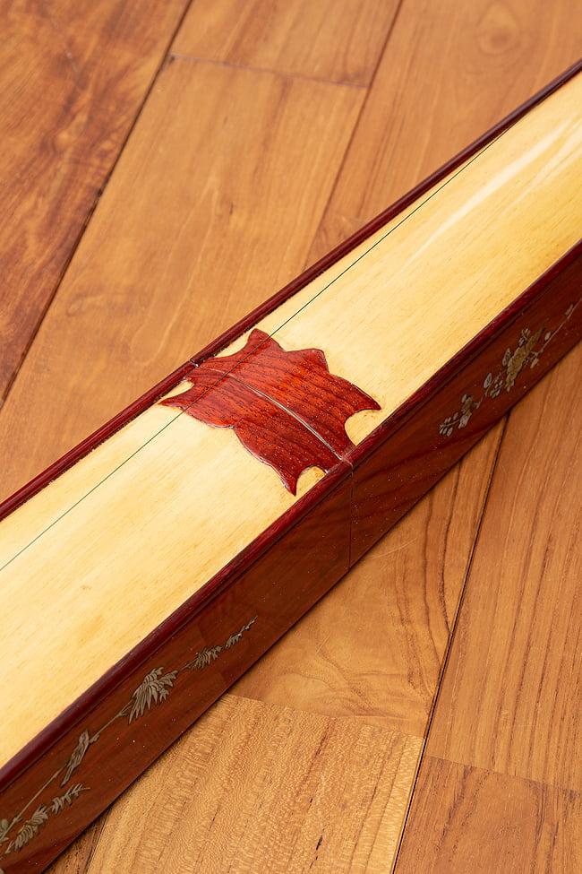 ベトナムの一弦琴 ダン・バウ 良品質(大) 3 - ボディの中央部分です。(木目の色合いや細かな装飾が商品により多少異なる場合がございます。)