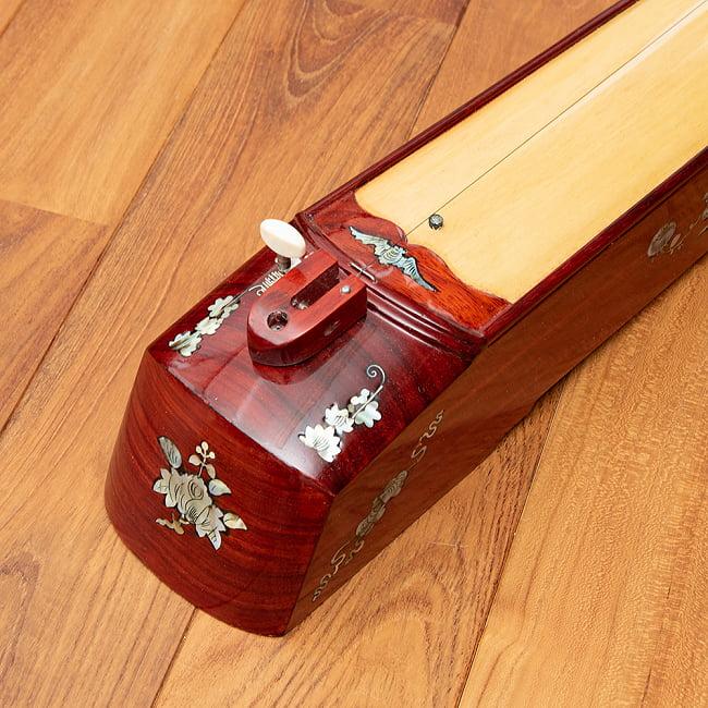 ベトナムの一弦琴 ダン・バウ 良品質(大) 4 - 糸巻きの部分です。装飾が施されています。木目の色合いや細かな装飾が商品により多少異なる場合がございます。